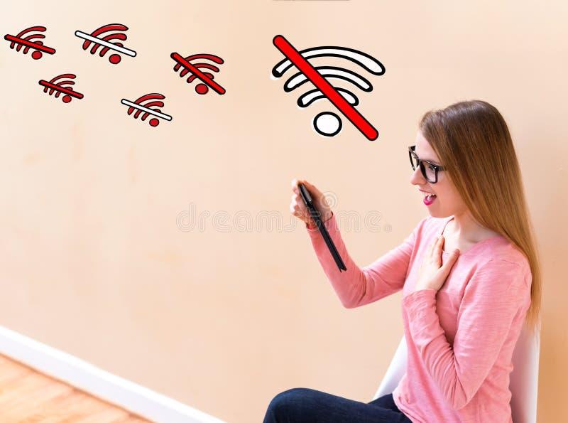 Aucun thème de WiFi avec la femme à l'aide d'un comprimé photos libres de droits