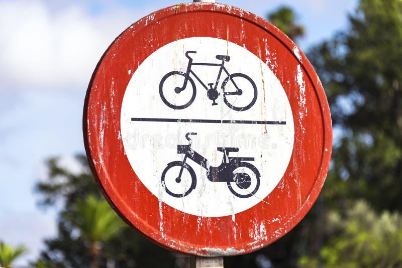 Aucun vélo au delà de ce signe rouge de cercle de point photo libre de droits