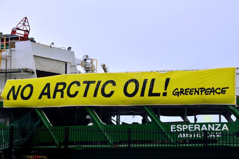 Aucune bannière arctique d'huile sur le bateau Esperanza de Greenpeace photo libre de droits