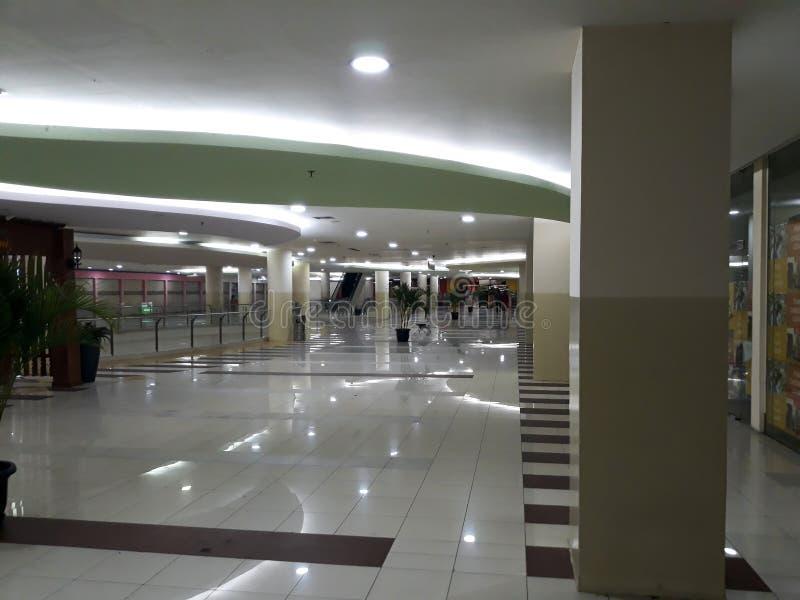 Aucune personnes autour de en visitant un centre commercial image stock
