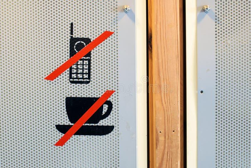 Aucune tasse de café ou boisson et interdiction de téléphone portable ne se connectent la porte d'amphithéâtre images stock