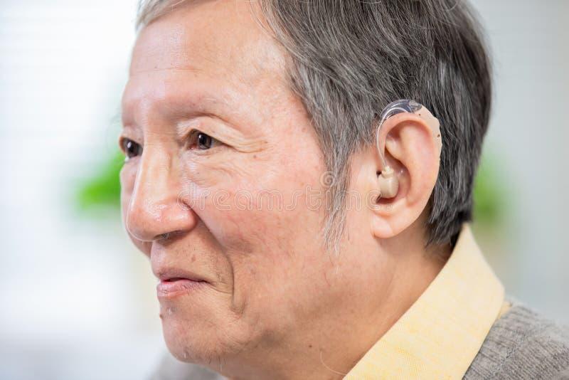 Audífono paciente del desgaste de la anciano fotos de archivo