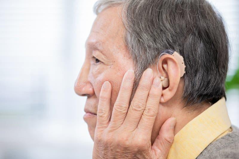 Audífono paciente del desgaste de la anciano fotografía de archivo libre de regalías