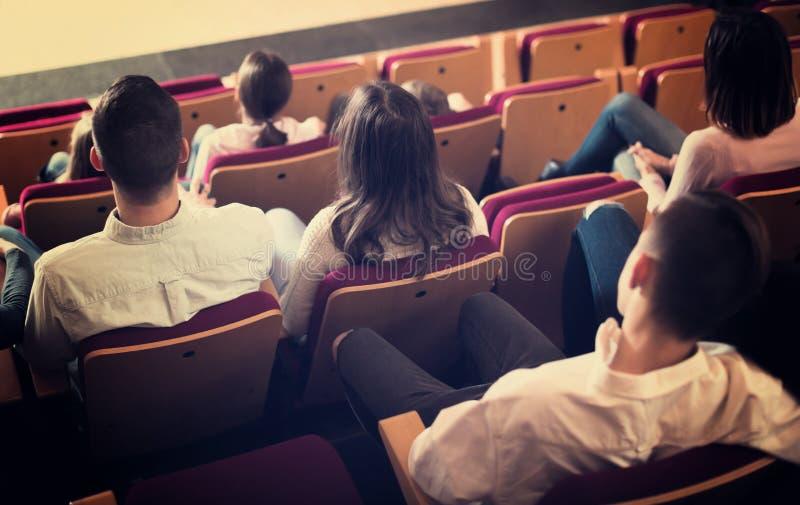 Audiência adulta que espera o filme começar fotografia de stock
