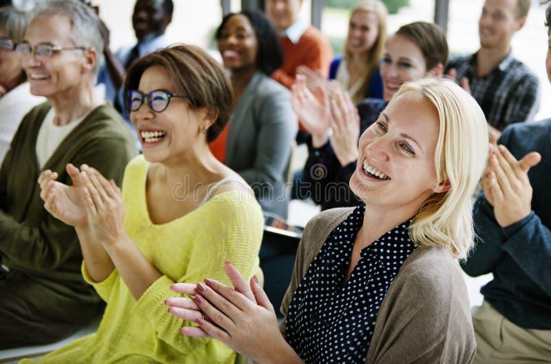 A audiência aplaude o conceito de aplauso do treinamento da apreciação da felicidade foto de stock