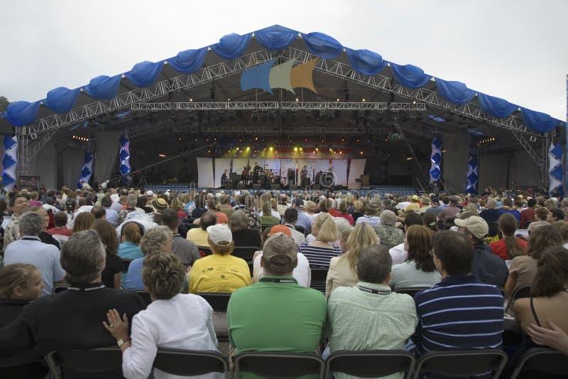 Audiência do concerto que presta atenção a Bruce Hornsby fotografia de stock