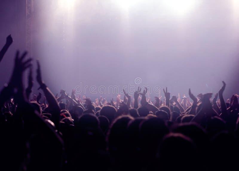 Audiência do partido ou multidão do concerto na violeta imagem de stock