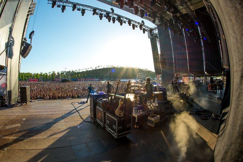 A audiência em um concerto no festival de música do metal pesado da transferência fotos de stock royalty free