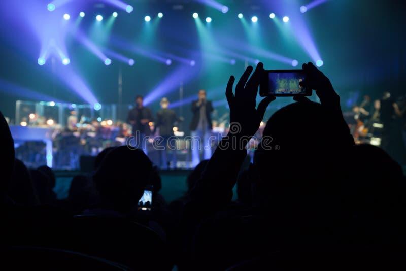 A audiência em um concerto no fundo da cena. fotos de stock royalty free