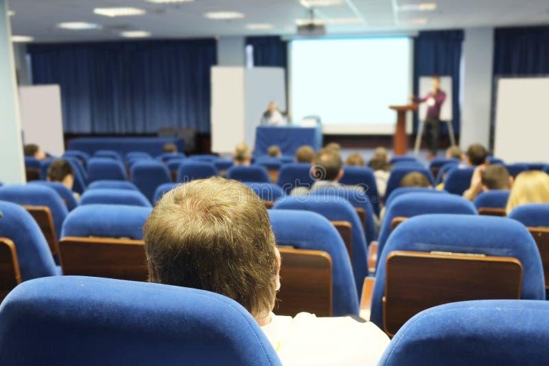 A audiência escuta a atuação imagens de stock royalty free