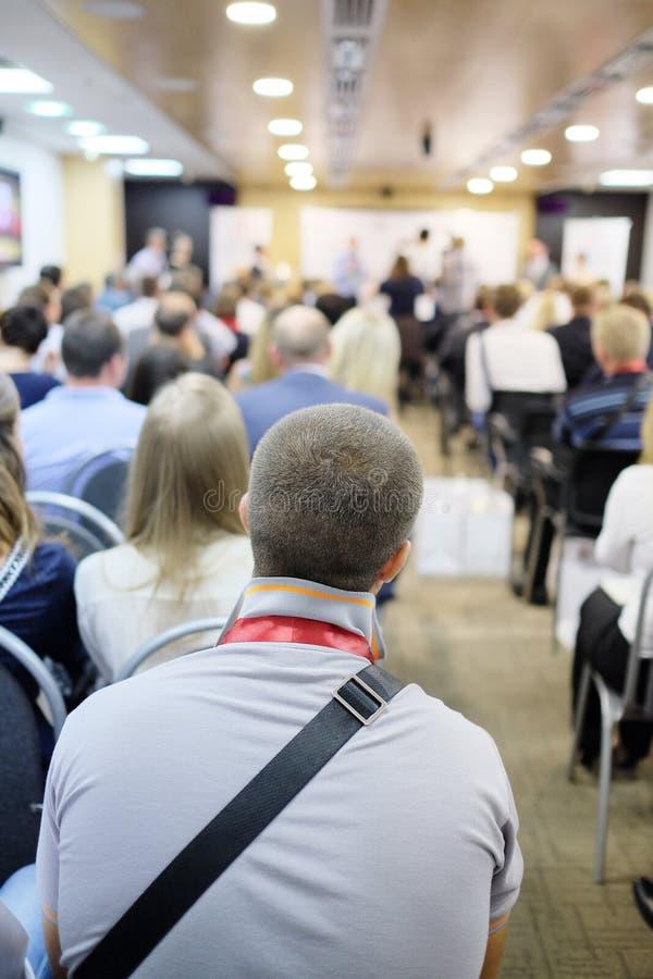 A audiência escuta a atuação imagens de stock
