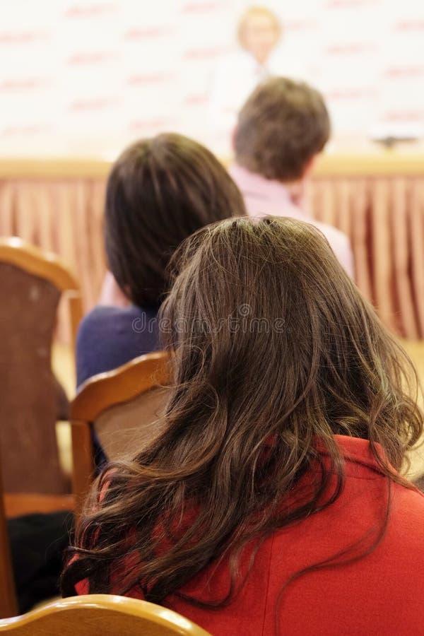A audiência escuta a atuação fotografia de stock royalty free