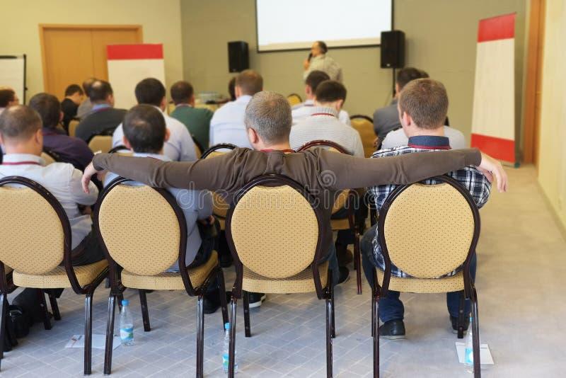 a audiência escuta a atuação em uma sala de conferências foto de stock royalty free