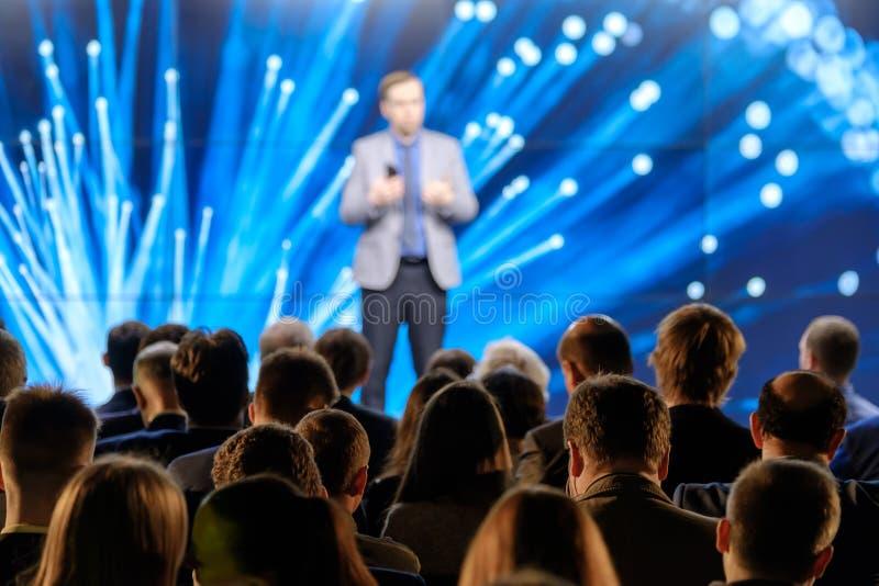 A audiência escuta o conferente imagens de stock