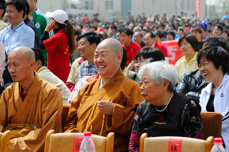 A audiência feliz das monges imagens de stock
