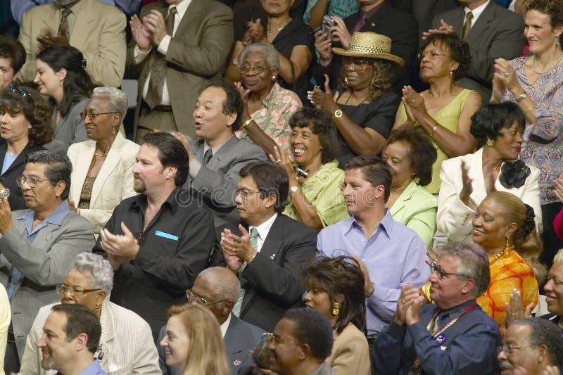 Audiência que aplaude para o senador John Kerry no endereço de política principal na economia, montes de CSU- Domínguez, Los Ange imagens de stock