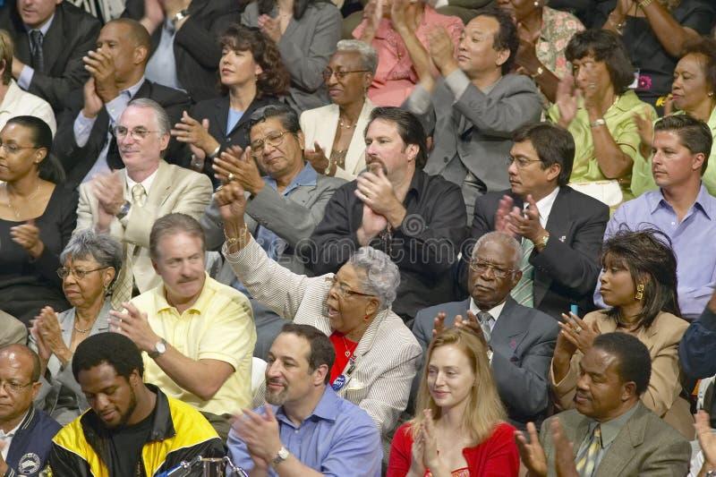 Audiência que aplaude para o senador John Kerry no endereço de política principal na economia, montes de CSU- Domínguez, Los Ange fotos de stock