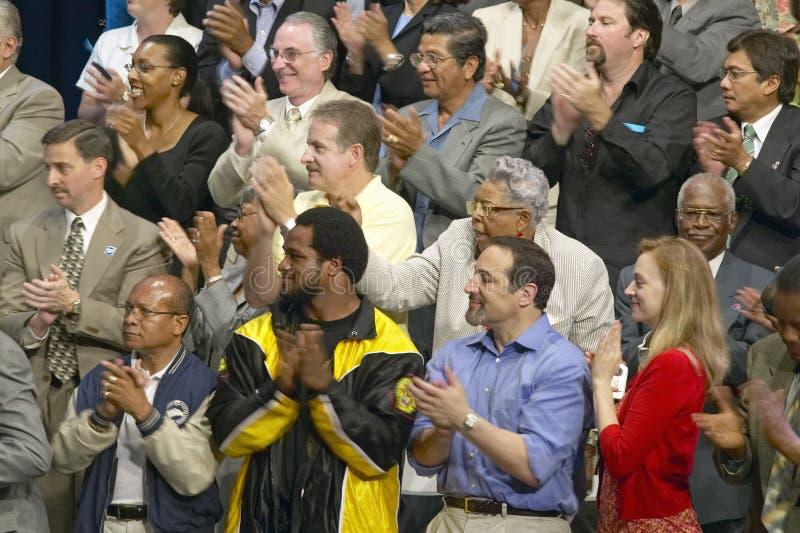 Audiência que aplaude para o senador John Kerry no endereço de política principal na economia, montes de CSU- Domínguez, Los Ange imagens de stock royalty free