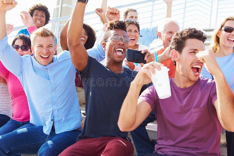 Audiência que Cheering no desempenho exterior do concerto fotografia de stock