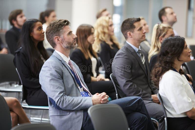 Audiência que escuta o orador na apresentação da conferência foto de stock