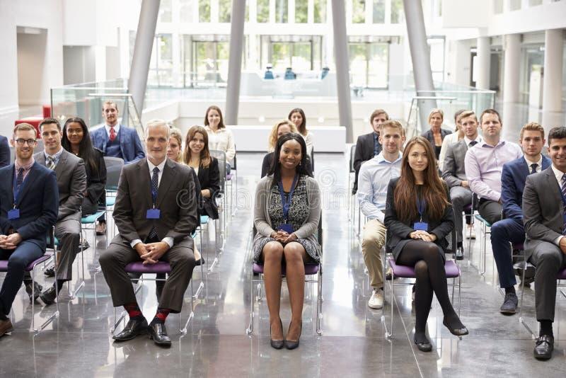 Audiência que escuta o orador na apresentação da conferência fotografia de stock royalty free