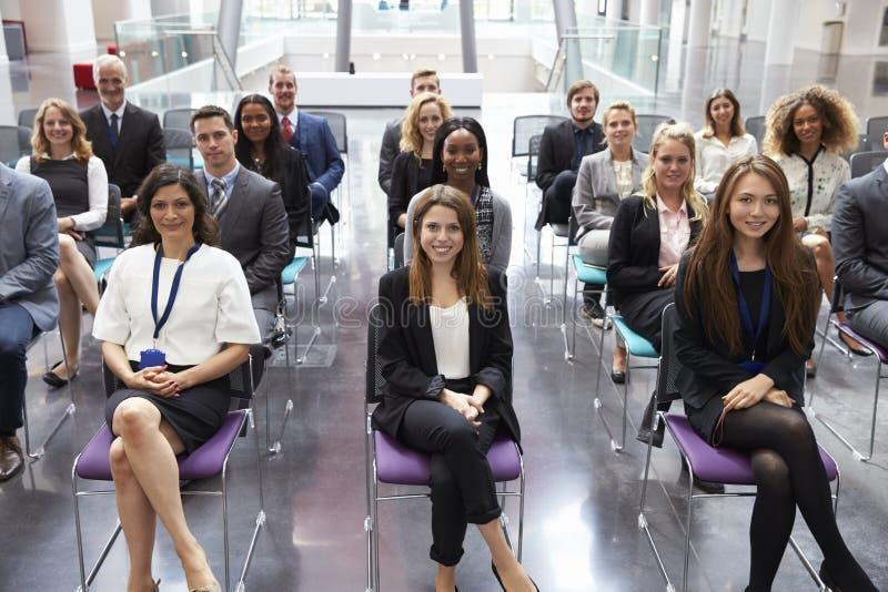 Audiência que escuta o orador na apresentação da conferência imagens de stock royalty free