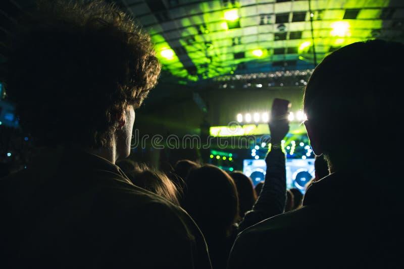 Audiência que olha a cena com artistas fotos de stock royalty free