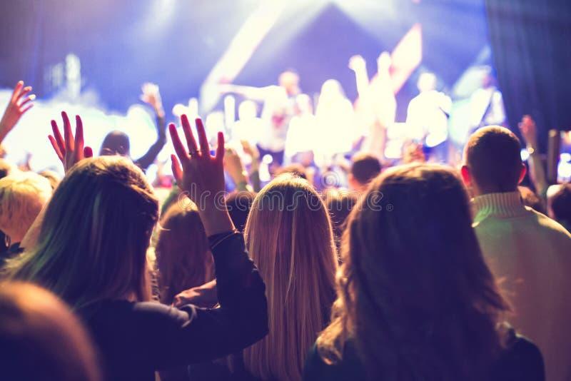 A audiência que olha o concerto na fase fotos de stock royalty free