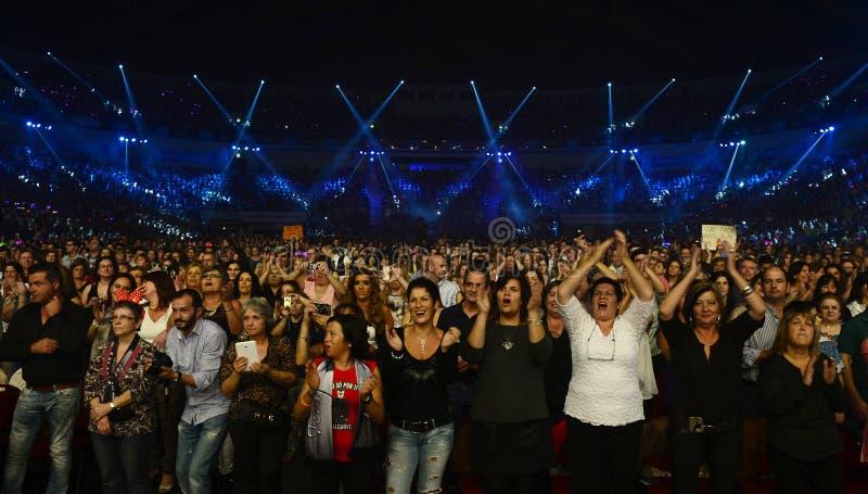 Audiência superior entusiástica, fãs do concerto da música imagem de stock
