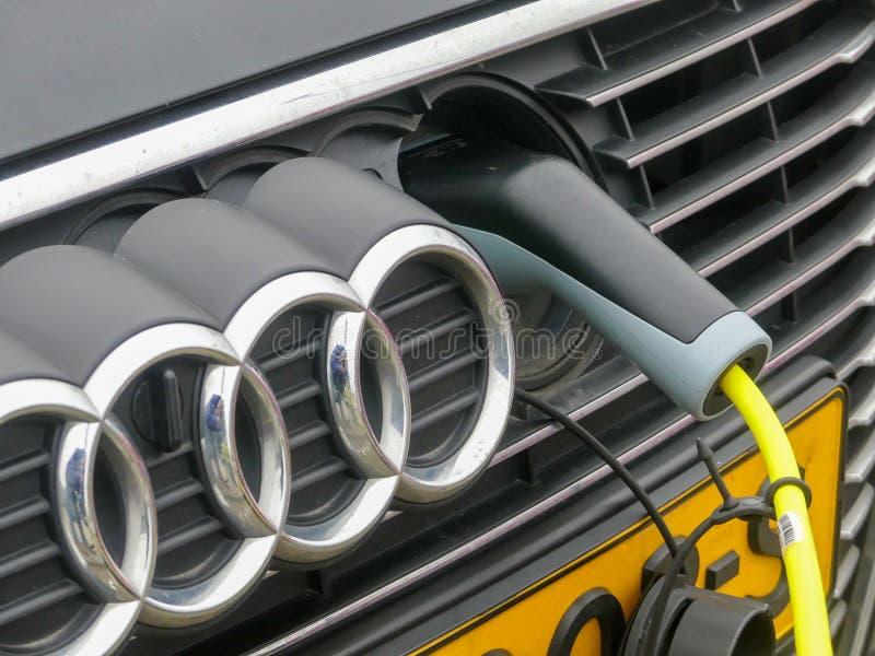 Audi-auto die bij stop in elektrische lastenpunt aanvulling stock foto's