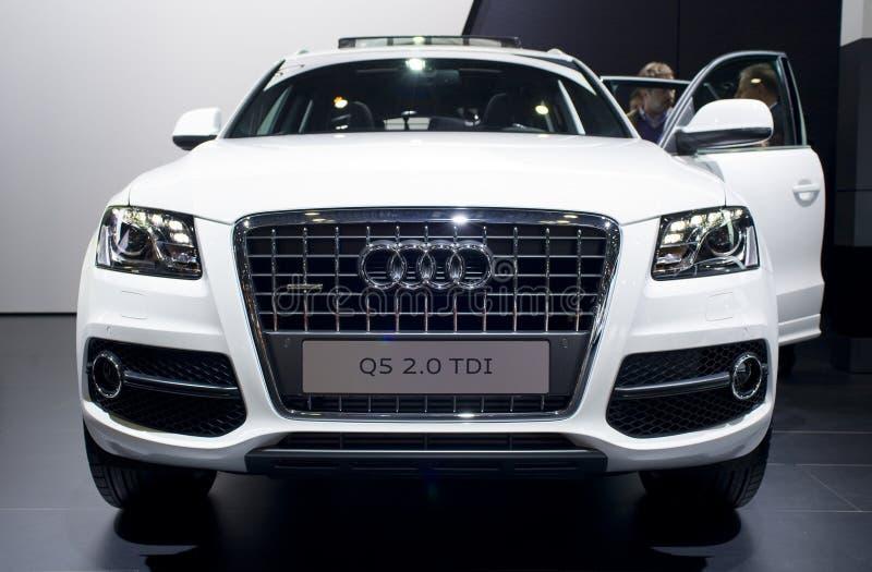 Audi bianco Q5 sull'esposizione di automobile immagine stock libera da diritti