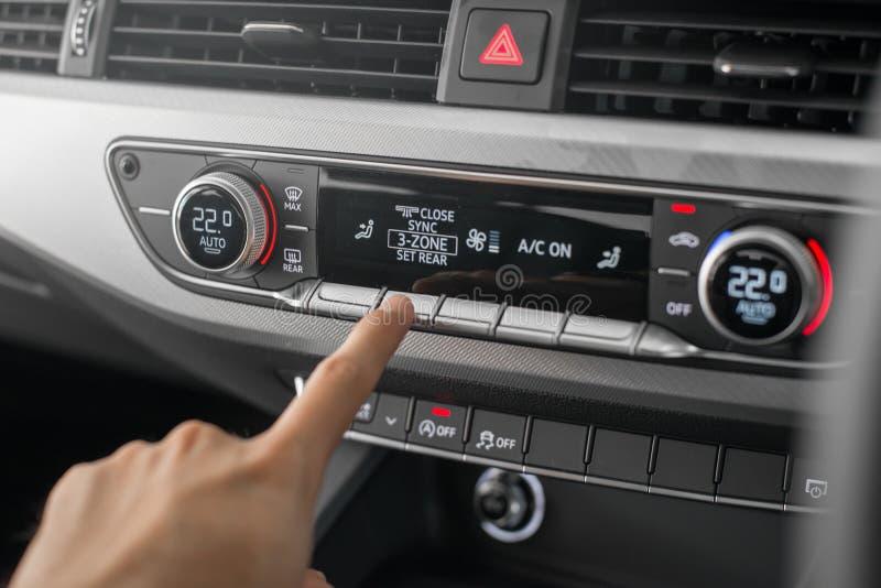 Audi a4 con el aire acondicionado digital foto de archivo