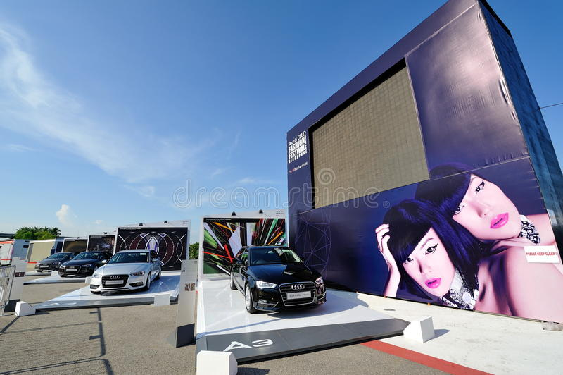 Audi Fashion Festival-Schirm und neues Audi A3 Sportback auf Anzeige an A3 Ttraktion teilen Ereignis in Zonen auf stockfotos