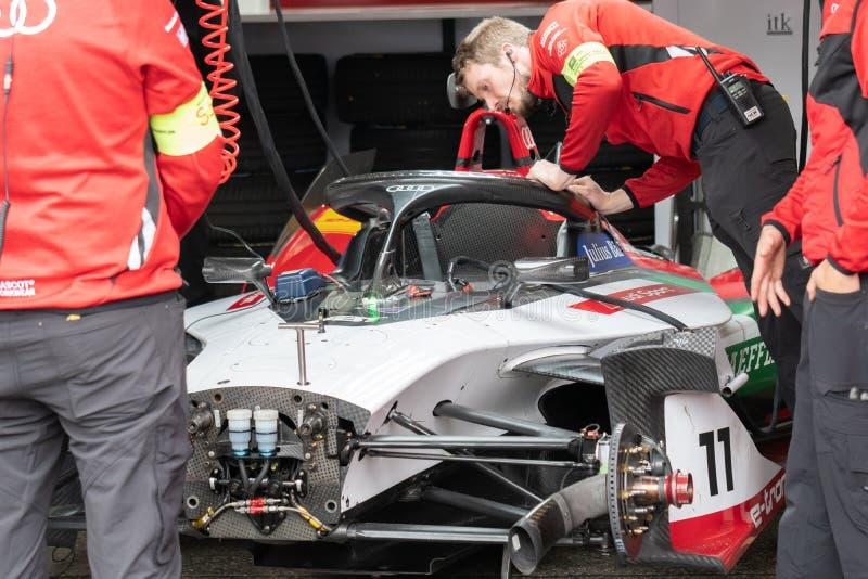 Audi mechanik sprawdza samochód wyścigowego zdjęcie stock