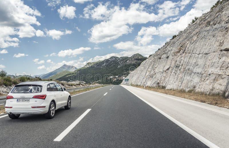 Audi Q5, das auf den Autobahn unter Gebirgslandschaft beschleunigt stockfotos