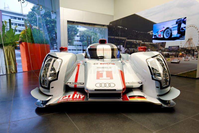 Audi R18 ETron quattro Le Mans-Rennwagen auf Bildschirmanzeige lizenzfreie stockbilder