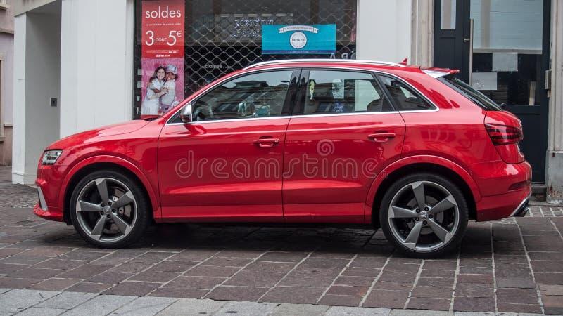 Audi rosso Q3 parcheggiato nella via fotografia stock