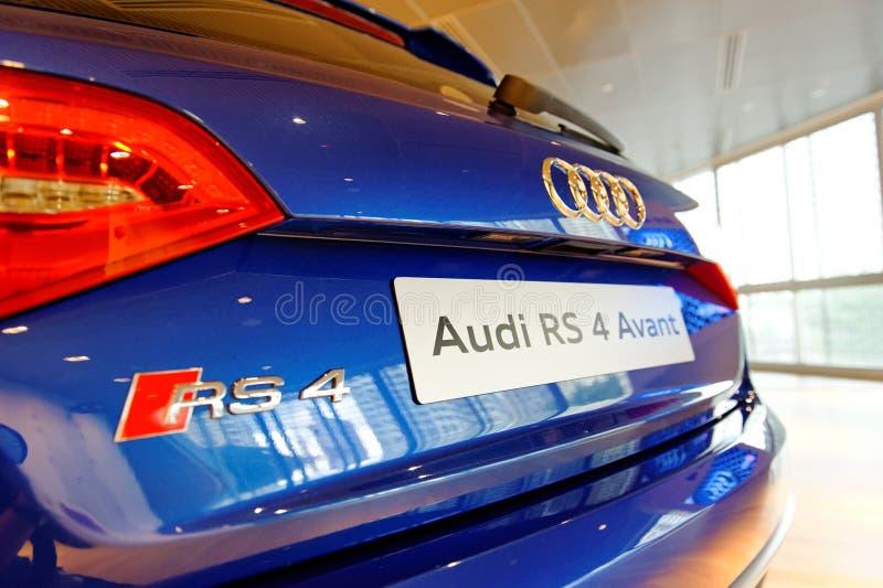 Audi RS4 Avant no indicador no centro Singapore de Audi imagem de stock royalty free