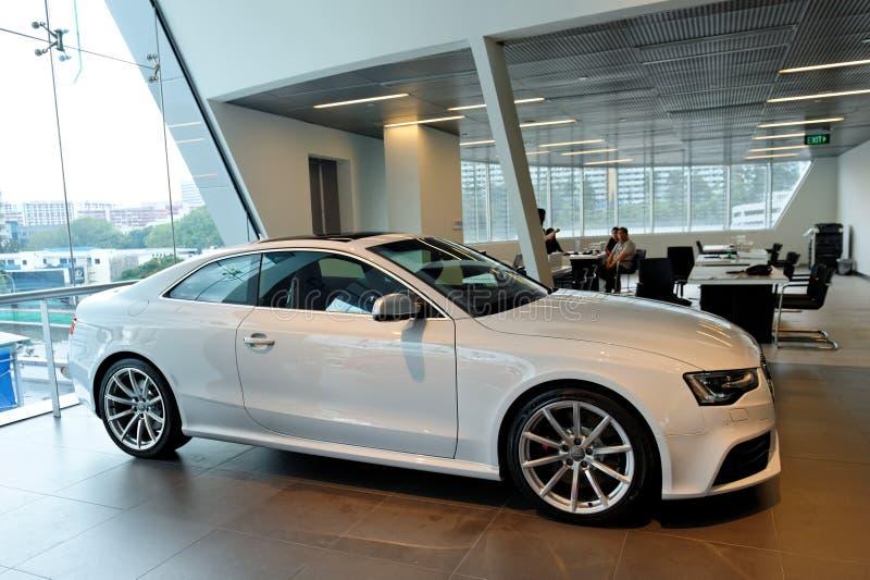 Audi RS5 mette in mostra il coupé su visualizzazione al centro Singapore di Audi immagini stock