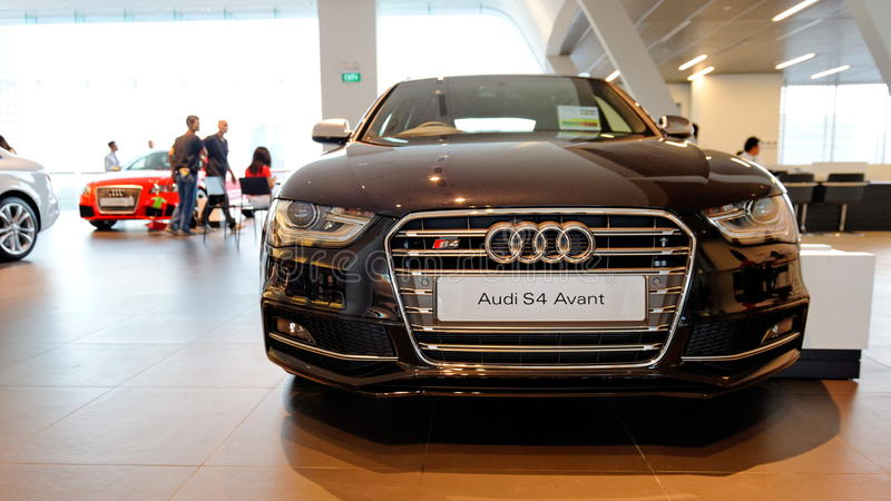 Audi S4 ostenta o sedan no indicador no centro Singapore de Audi imagem de stock