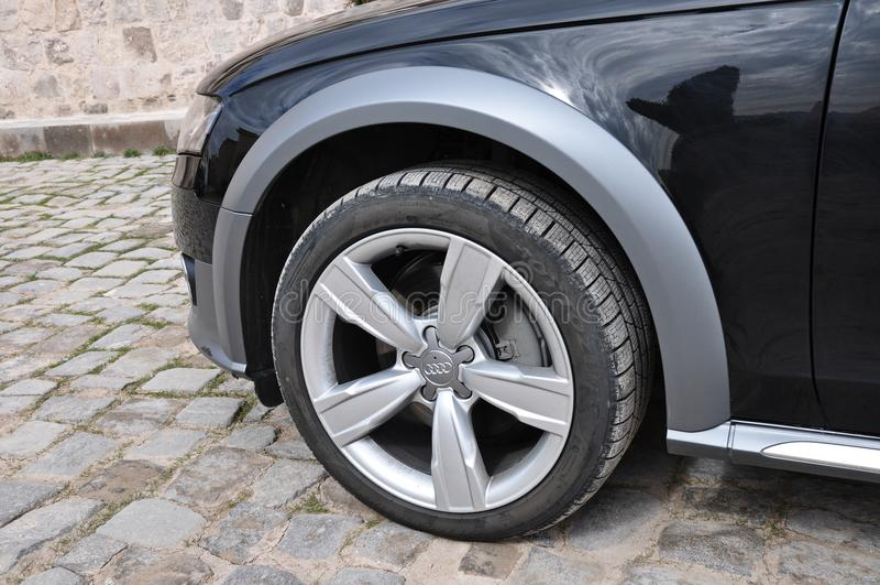 Audi A4 wszystkie drogi zakończenia up opona obraz royalty free