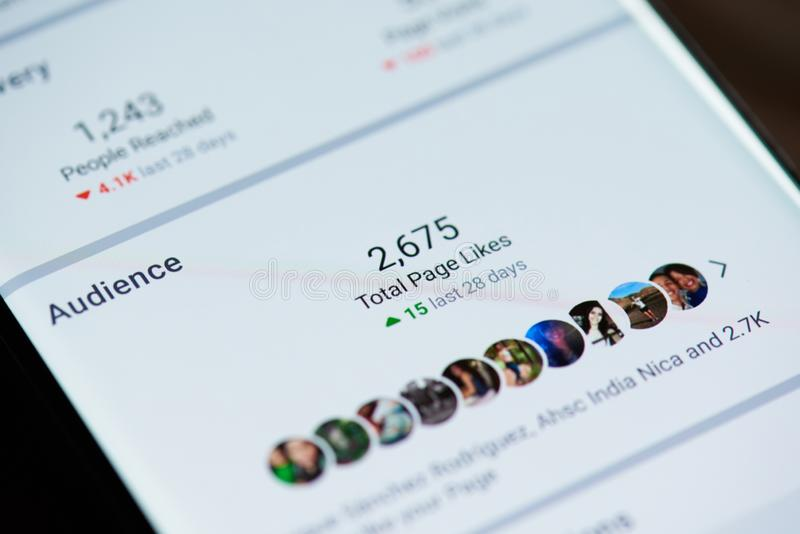 Audiencia en facebook en la pantalla del smartphone fotos de archivo