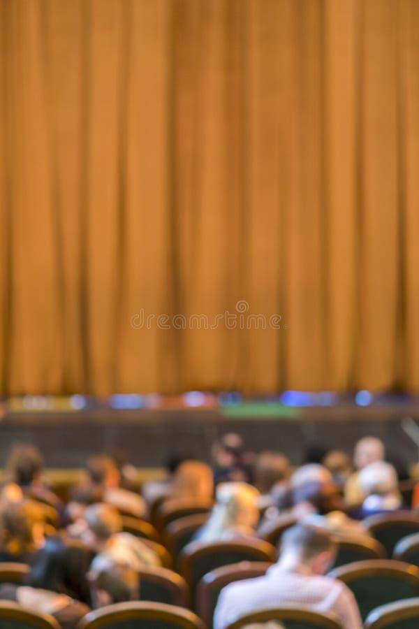 Audiencia en teatro cortina cerrada de la etapa en un teatro blurry Foto vertical imagen de archivo