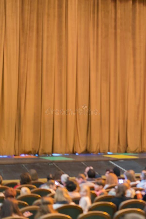 Audiencia en teatro cortina cerrada de la etapa en un teatro blurry Foto vertical foto de archivo libre de regalías