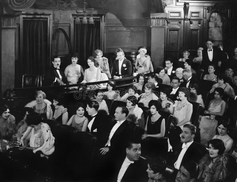 Audiencia en teatro (todas las personas representadas no son vivas más largo y ningún estado existe Garantías del proveedor que n imagen de archivo