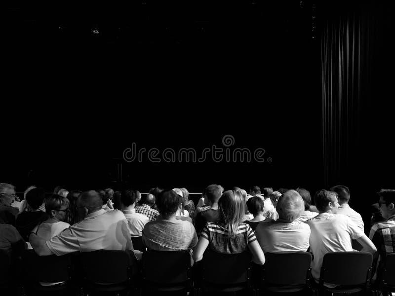 Audiencia en un teatro que espera el funcionamiento para comenzar fotos de archivo libres de regalías