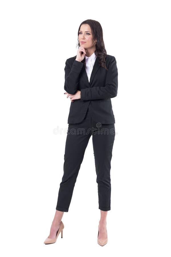 Audiencia femenina bonita interesada en la ropa del negocio que mira el espacio para arriba de observación de la copia foto de archivo