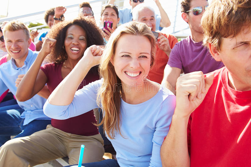 Audiencia que anima en el funcionamiento al aire libre del concierto fotografía de archivo