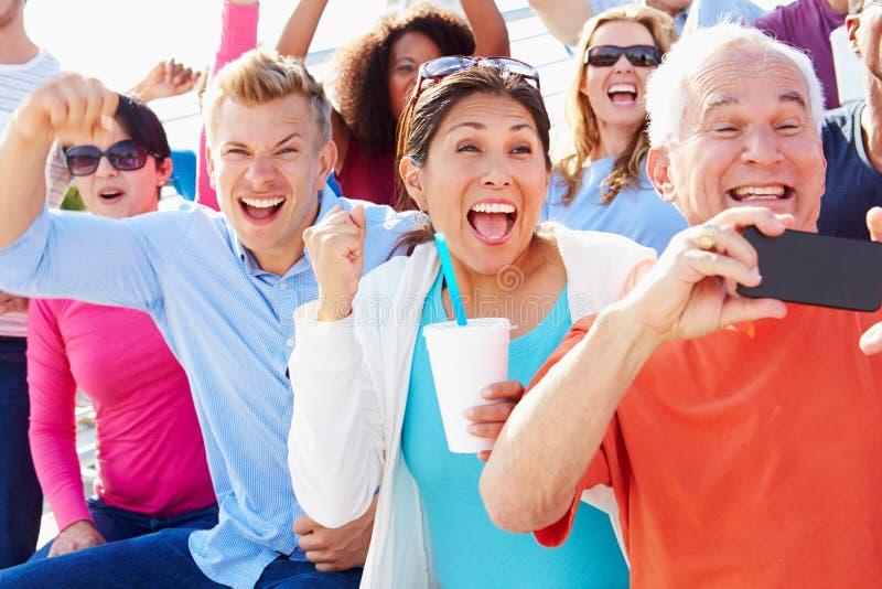 Audiencia que anima en el funcionamiento al aire libre del concierto fotos de archivo