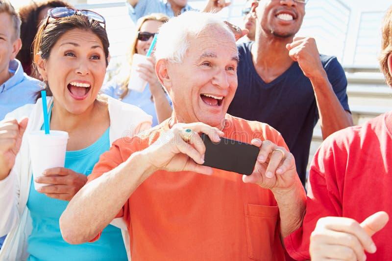Audiencia que anima en el funcionamiento al aire libre del concierto fotografía de archivo libre de regalías